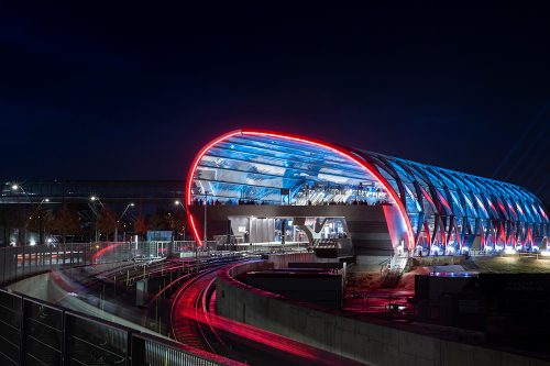 Außenansicht der Elbbrücken U-Bahnstation bei Nacht aus der Ferne_b